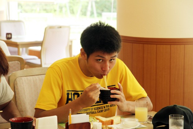 食事をする男子学生