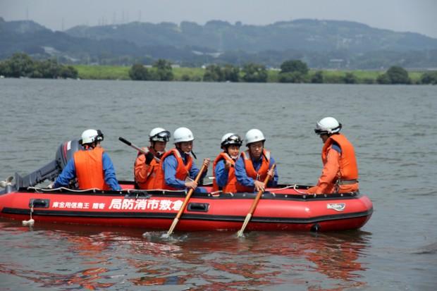 高梁川をボートで移動