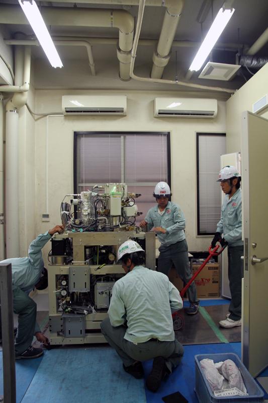 美術工芸学科実習室に設置中の電子顕微鏡