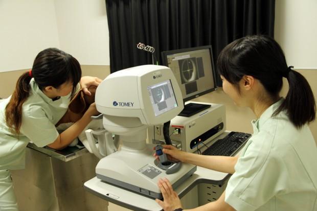 眼底検査の模擬実習の様子