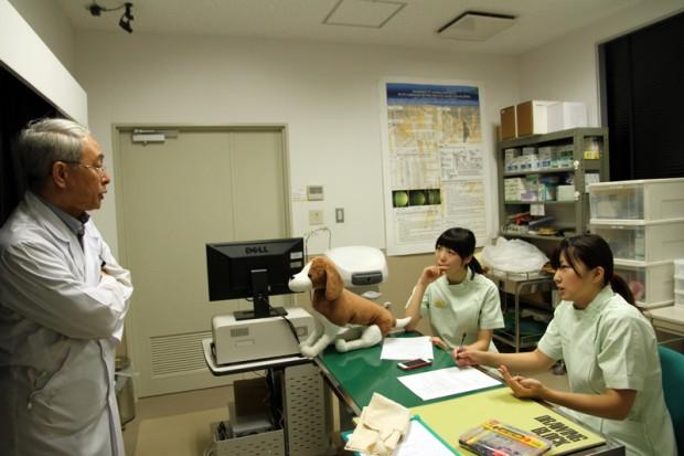 古川敏紀先生の指導を受ける学生