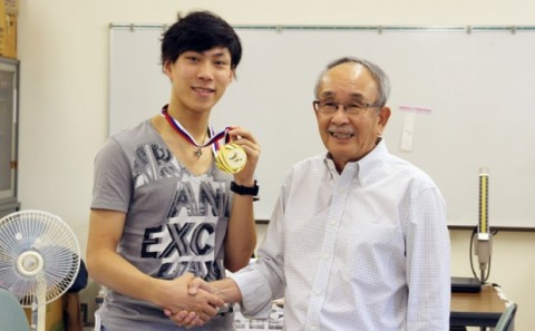 田中 刑事さん金メダルを手に凱旋帰学。