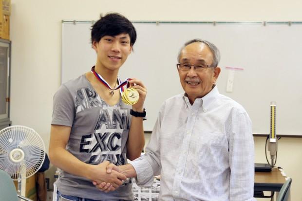 田中 刑事さんとフィギュアスケート部顧問の川上雅之先生