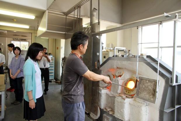 張慶南先生がカラスを温めています