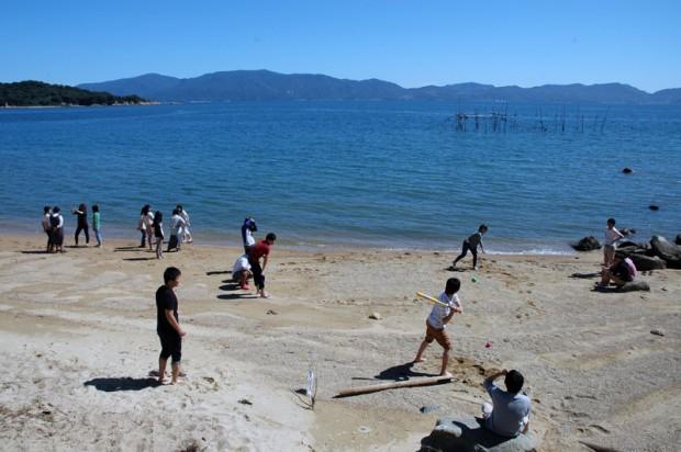 砂浜で野球