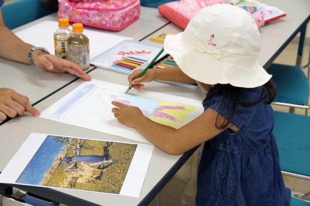 色鉛筆で絵を描く様子