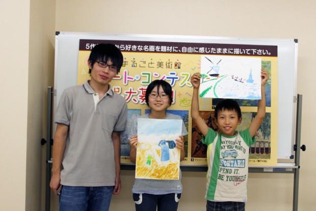 完成した作品を持つ小学生