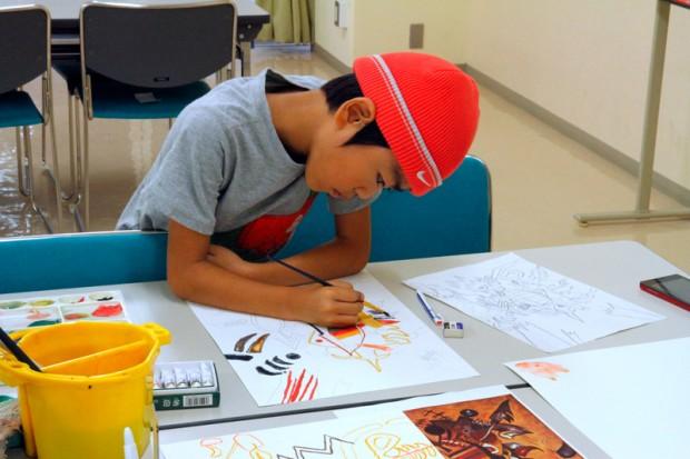 絵を描く小学生
