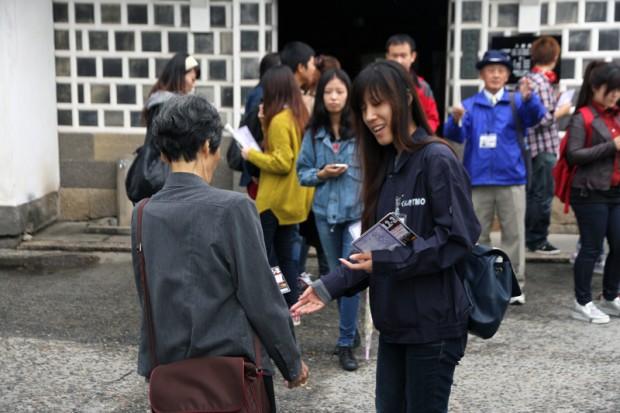 チラシを配る学生スタッフ