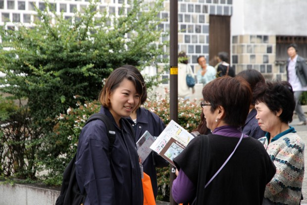 通行人に倉敷屏風祭りを説明する学生スタッフ
