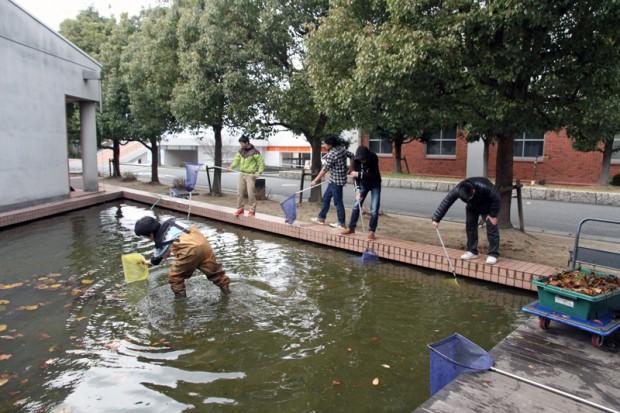 池を大掃除する生命科学科バイオコースの学生さん達
