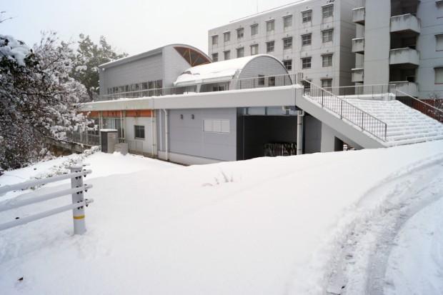 雪が積もった学生食堂前