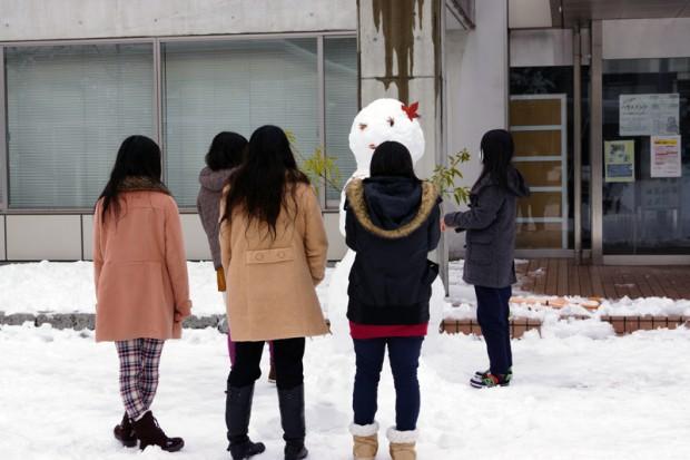 雪だるまを作る学生さん