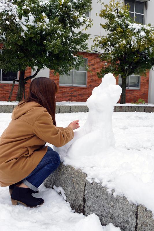 雪像を作る学生さん