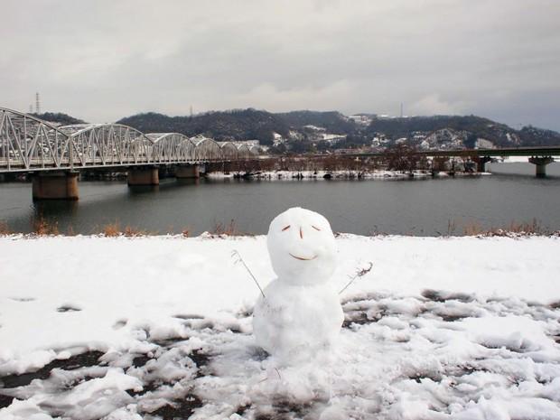 霞橋から倉敷芸術科学大学と雪だるま