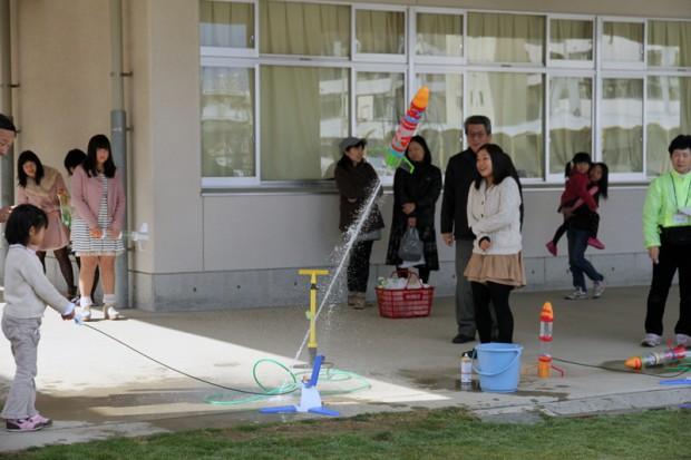 小学生がペットボトルロケット発射
