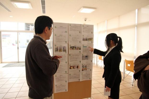 卒業論文を発表する学生