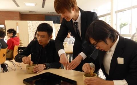 桜満開のもと留学生と茶道部員が交流