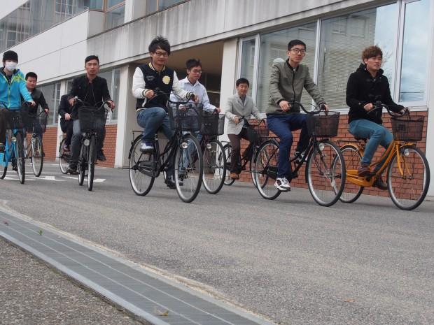 自転車に乗る留学生