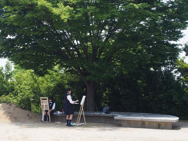 木を描く女子高生