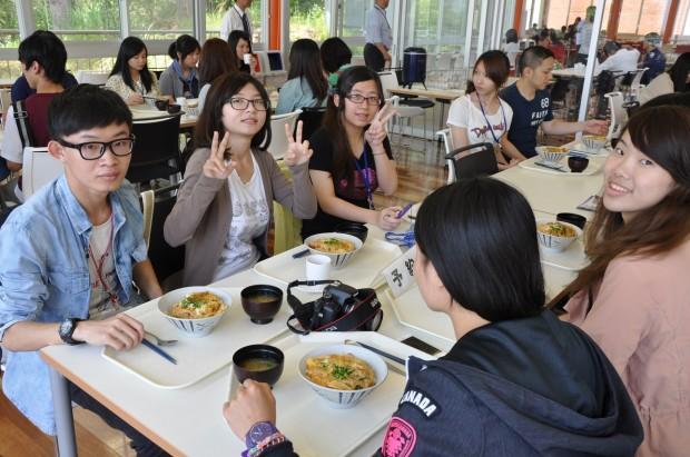 学生食堂で食事をする致理技術学院訪日研修団の皆さん