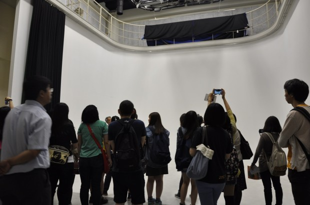 撮影スタジオを見学する致理技術学院訪日研修団の皆さん