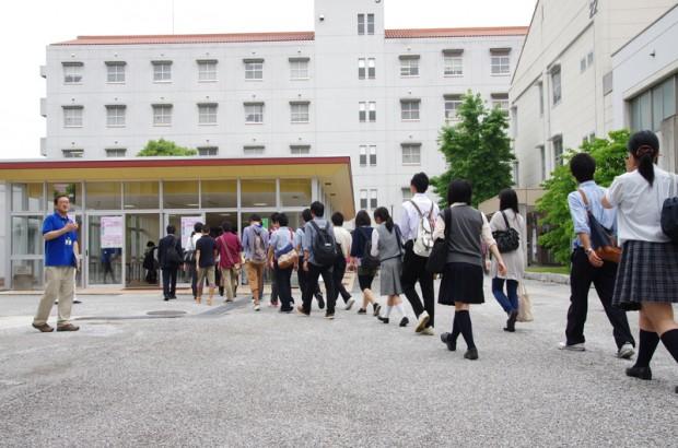 オープンキャンパス受付をする高校生