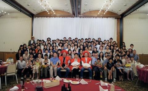 卒業生が本学教授の還暦を祝う会を開催しました。