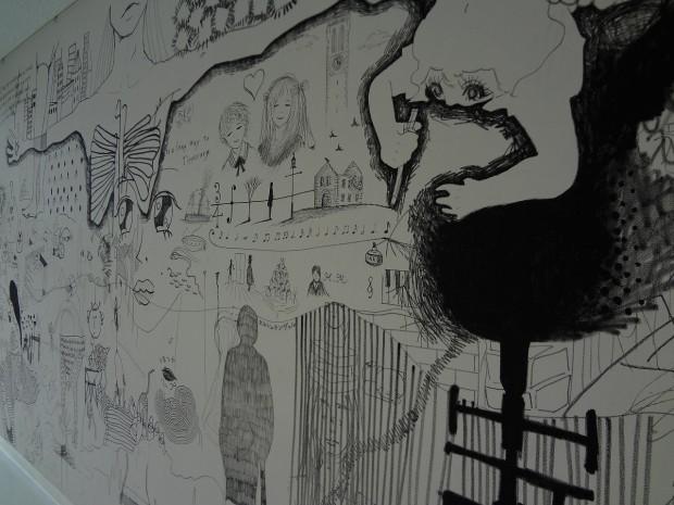 壁に直接描かれたドローイング作品