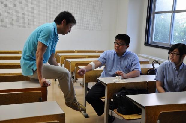 テーピングを教える山野先生