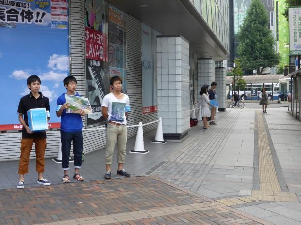 ビッグカメラ岡山駅前店前での活動の様子
