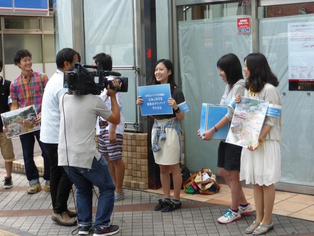 山陽放送の取材を受けている学生たち