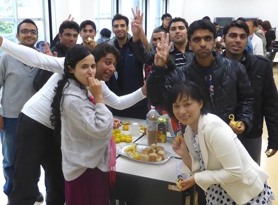 留学生別科の皆様おやつを食べる
