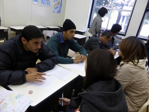 学生とコミュニケーションをとる留学生