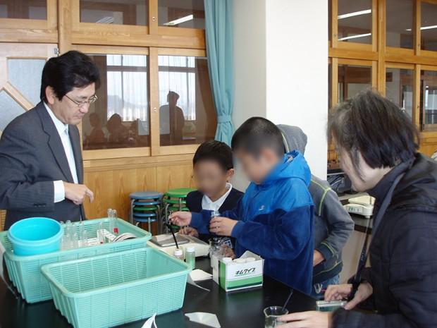 実験をはじめる小学生と仲章伸教授