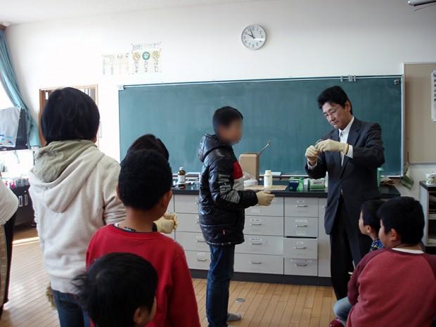 仲章伸教授と小学生