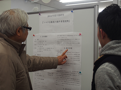 経営情報学科卒業論文発表会ポスターセッションの様子