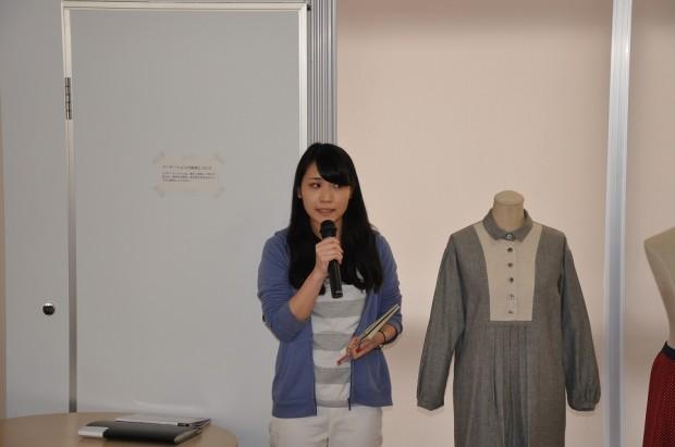 公開プレゼンテーションをする学生