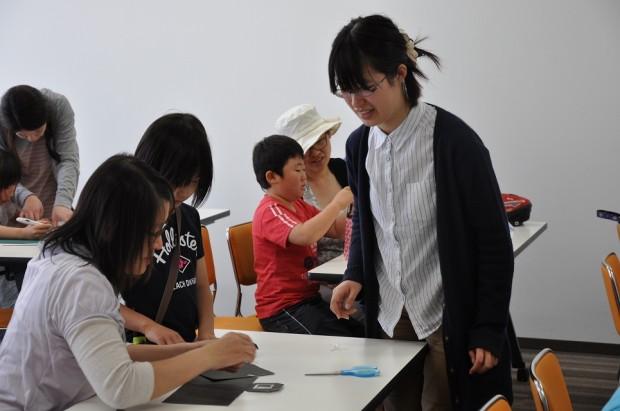 指導する女子学生