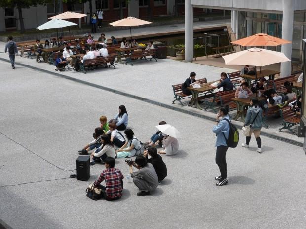 学内ライブの観客