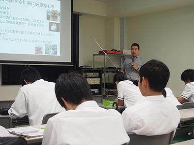 動物生命科学科湯川助教の講義風景