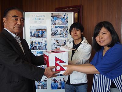 学長室でのネパール大地震義援金贈呈式の様子