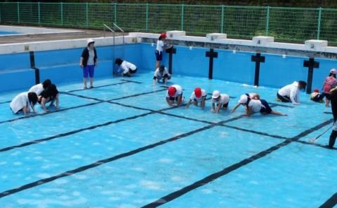 霞丘小学校へプール清掃ボランティア