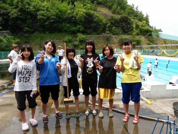プール清掃に参加した学生