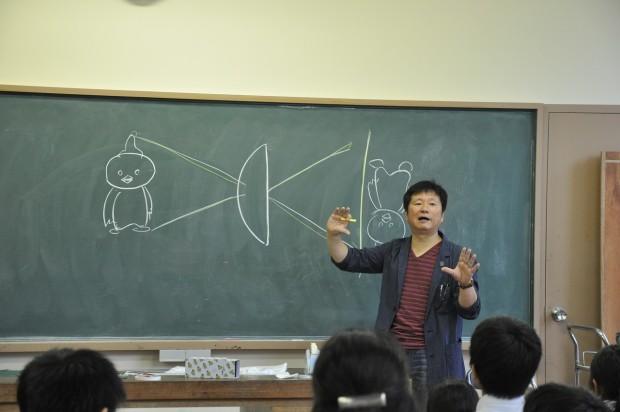 カメラの仕組みを説明する丸田先生