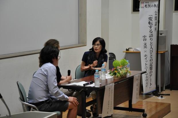 対談をするホイットニー・マクヴェイ氏と中谷文美教授