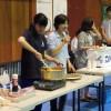 料理をするボランティア学生