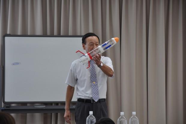ペットボトルロケットを持つ妹尾教授