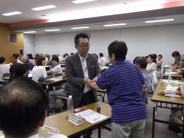 受講者のツボを指圧する内田先生