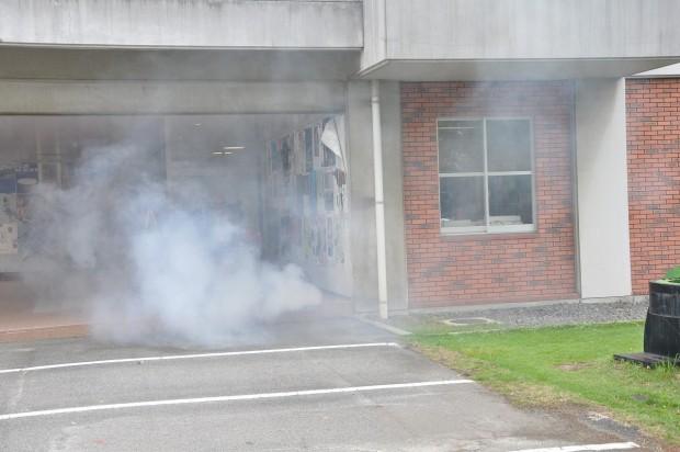 キャンパス内に煙が出る様子